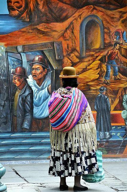 Cholita y mural - La Paz - Traditional Clothing