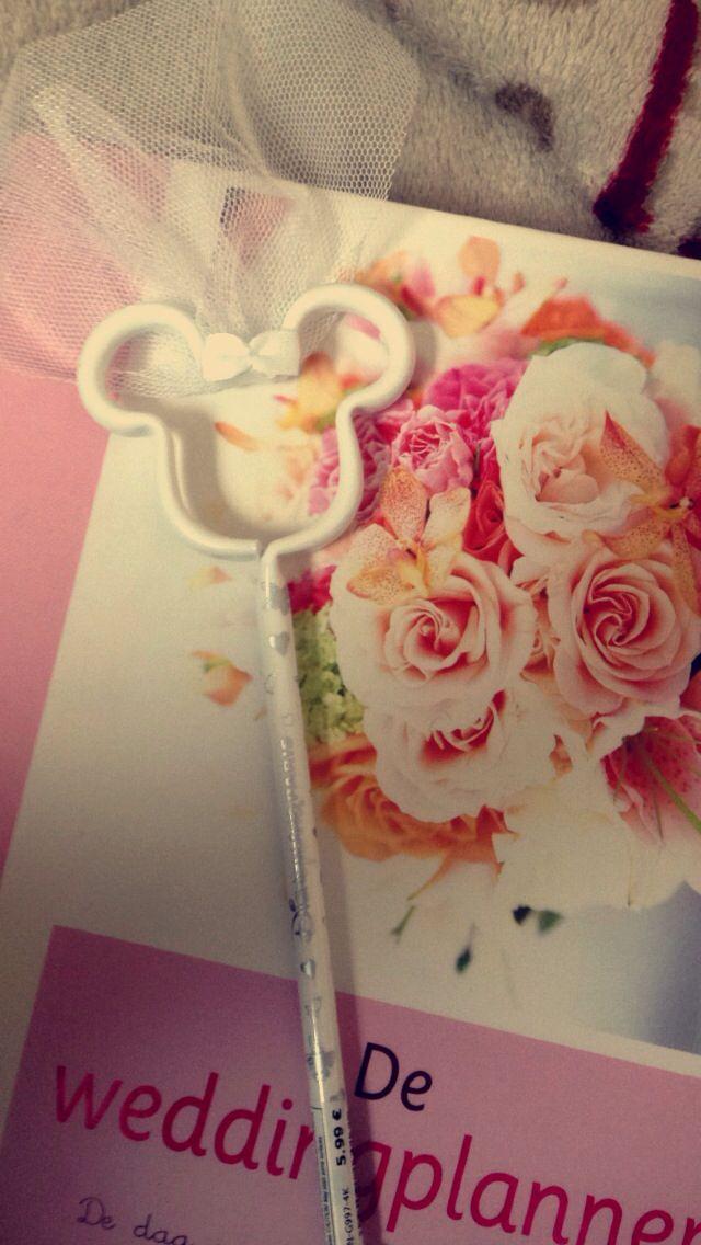 Huwelijksvoorbereidingen in stijl. Boek uit Wibra, Weddingplanner (super handig boek!) + balpen uit Disneyland