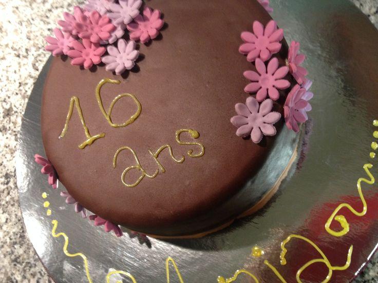 Simple gâteau au chocolat + pâte à sucre au chocolat, quelques fleurs et voilà !