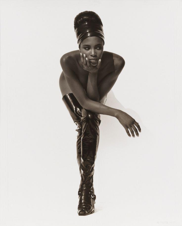 Наоми Кэмпбелл, Лицо в руке, Голливуд, 1990 год. (Фото: Herb Ritts Foundation/Museum of Fine Arts, Boston).