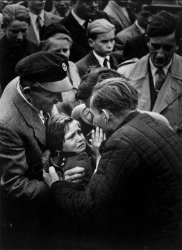 Helmuth Pirath antiguo soldado aleman hecho  prisionero por los rusos en la II guerra mundial se reune con su hija en la republica Federal Alemana en 1956,foto Keyston Press.