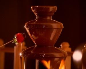 Schokoladen Brunnen zum Umhüllen der frischen Früchte in dunkles Kakaogold Schokoladenträume aus der Patisserie der Thermenwelt Hotel Pulverer http://www.loystubn.at/blog/loystubn/pulverers-sachertorte