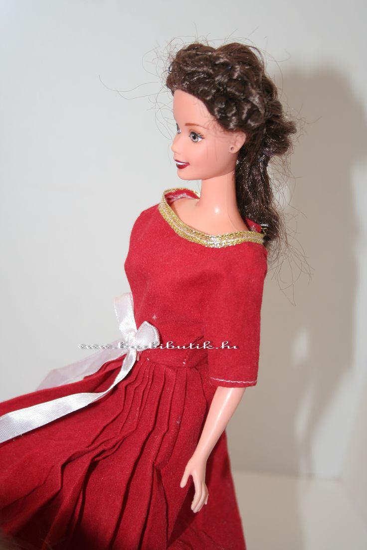 Sisi Barbie sajnos nem a saját ruhájában