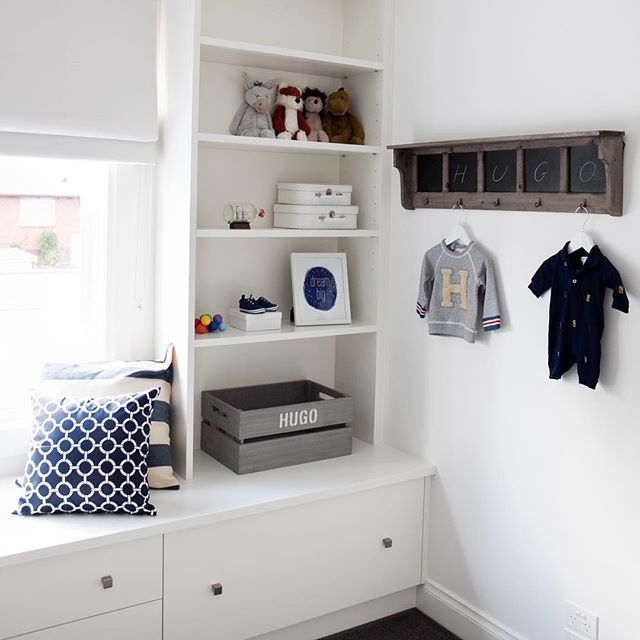 The perfect corner...a window seat, storage & a place to show off all the special things! (📷: #beautifulbabiesrooms by @nestdesignstudio) #book #kidsroom #kidsroomdecor #babysroom #nursery #windowseat #shelfie