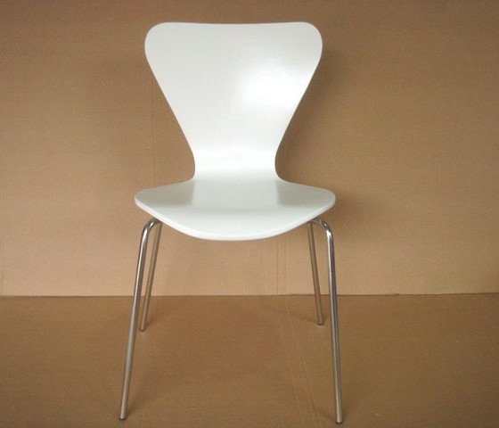 La sedia Serie 7 di Arne Jacobsen è stata disegnata dal noto designer danese nel 1955. Fin da allora la Serie 7 ebbe grandissimo successo commerciale ed ancora si distingue per la semplicità e l'eleganza delle sue linee. Ad oggi è considerata un'icona del design del XX secolo.