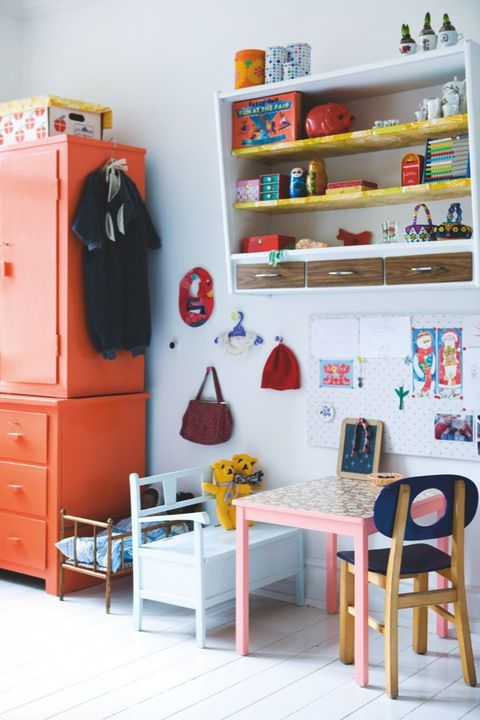 The art of hanging things up in a kid's room allows you to make the best of small spaces #storage Via designedforkids.co.uk