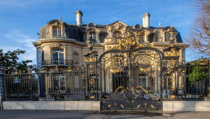 Royalement installé au rez-de-chaussée de l'hôtel Marcel Dassault, ce bâtiment architectural et son portail style Louis XV s'imposent en bas des Champs Elysées. Découverte.... Par Catherine Gary Construit en 1844 il est racheté en 1952 par Marcel Dassault avant de devenir en 2002 l'une des plus...