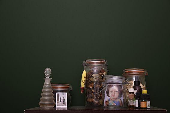 Bocaux et flacons pour l'ambiance Luxuriante [r]évolution largement inspirée du cabinet de curiosité. Au fond une peinture verte d'une profondeur à faire aimer le vert à ceux qui ne l'aime pas.