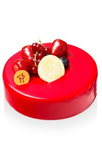 ピエール・エルメ・パリ 25年前、エルメ氏がロンドンではじめて食べたという、「サマープディング」の想い出から生まれた新作ケーキ。レモンとオリーブオイルを使ったスポンジ生地が、レモン風味のクリームとなめらかに溶け合い、夏の太陽を想わせる熱い余韻を残す。 「エラ」 価格|5250円(15センチ) 予約期間|12月17日(火)まで 引渡期間|12月20日(金)~25日(水) 引渡場所|青山本店 予約方法|直営店舗、ウェブサイト ピエール・エルメ・パリ Tel. 03-5485-7766(青山本店) http://www.pierreherme.co.jp