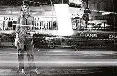 Se volete copiare lo stile di Oriana Fallaci armatevi di camicie, in stile militare o bianche di lino e di taglio maschile. Perfetti anche i tubini neri, ma non inguinali mi raccomando, arricchiti da una collana di perle bianche per un look molto minimale. Comprate grandi occhiali e cappelli a tesa larga, ballerine e maglioni girocollo.