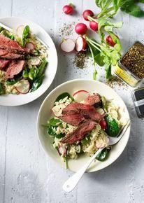 Lauwwarme orzo-salade met biefstuk, spinazie, asperges en radijs
