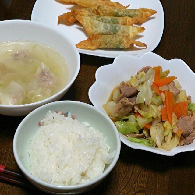 うーん、何にしたらいいか決まらずチャチャッと出来る野菜炒めに。 - 33件のもぐもぐ - 野菜炒め&ワンタンスープ&ワンタンの皮のしそチー揚げ by sakachinmama