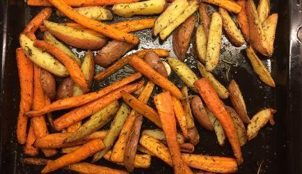Worteltjes roosteren in de oven: heerlijk! Voeg ook zoete aardappel en pommes rouge of roseval aardappeltjes toe voor een complete maaltijd.
