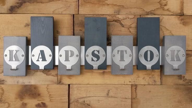 Kapstok van FrakkZ. Deze kinderkapstok is uitgevoerd in grijstinten. De letters met de gecombineerde jashaak zijn naar wens samen te stellen. Meer informatie: www.frakkz.nl www.kinderkapstokken.com