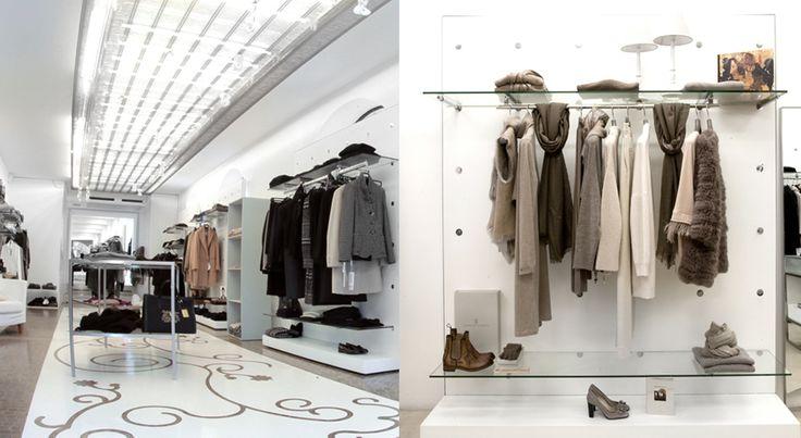 IL CORTILE BOUTIQUE-Un rivestimento orizzontale a soffitto e una pannellatura verticale a parete, realizzati con il tessuto Elegance, ricco di bagliori e riflessi metallici, hanno valorizzato l'ambiente.  (More Info: http://m.ttmrossi.it)  #Design #Inspiration #TTMRossi #MetalDesign #Idea #IdeaDesign #Boutique #Moda #Style