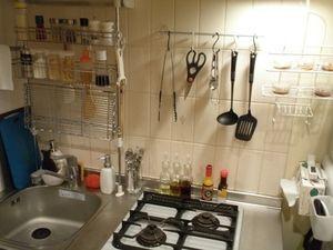 スパイスラックや調理器具をかける道具がさりげなく同じ素材でまとまった収納になってます。狭いキッチンでもスッキリまとめられてます。