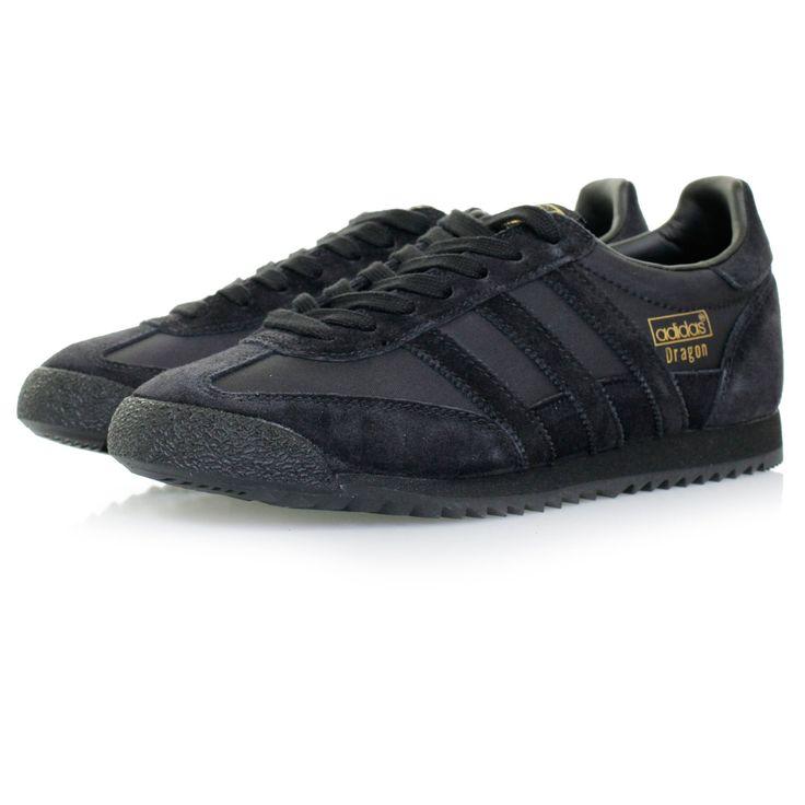 Czarne buty męskie #Adidas ORIGINALS, model Dragon OG, wykonano z najwyższej jakości materiałów tekstylnych (nylon) oraz skóry naturalnej zamszowej (obszycia). Od srony zewnętrznej znajdują się zarówno 3 paski w stylu Adidas jak i złoty napis Adidas Dragon. Strona wewnętrzna wykończona ozdobnymi przeszyciami.  Na języku widnieje naszywka z logo Adidas Originals. Na pięcie widoczne logo Adidas plus zamszowa wstawka.   #butymęskie #obuwiemęskie #butyAdidas #kolekcjaAdidas
