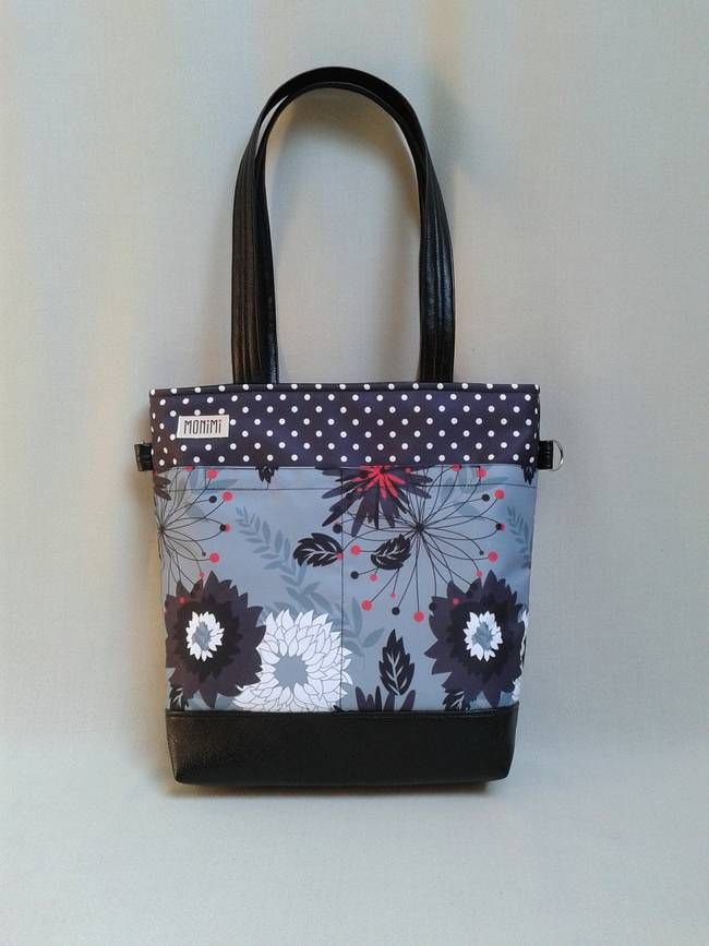 Saját tervezésű gyöngyvászonra nyomott mintával készült ez a táska. Nagyon dekoratív darab! Ez az anyag tartós, vízlepergető, UV álló, nagyon könnyen #tisztítható. A táska elején két nagy zseb található, ami tépőzárral záródik. Kézben, vállon és keresztben is lehet hordani. Young-bag 20 #női #táska