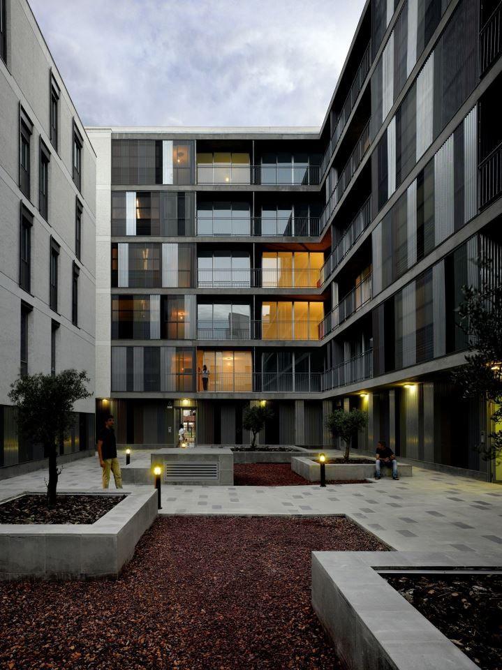 relación entre dos edifícios. patio