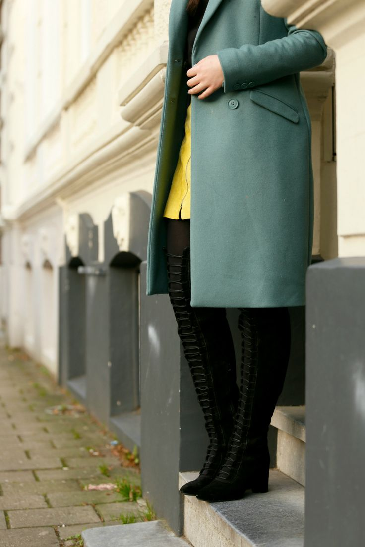 Blue Monday, yellow skirt, gele rok, suede skirt, suede rok, lace up boots, overknee boots, h&m trend, groene mantel, grijze mantel, fedora, zwarte hoed, fashion blogger, fashion is a party, mijn outfits, black sweater, arnhem, vlog, uitlaatklep, januari
