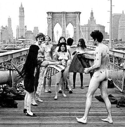 Yayoi Kusama - Performance sul ponte di Brooklyn - Anni '60