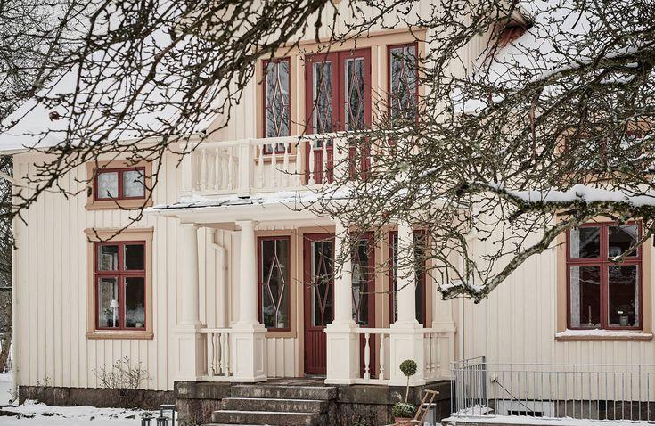 Fem kakelugnar, handmålade dekorationer, såpskurade furugolv, vedspis, spröjsade fönster, specialtillverkad inredning i badrum och lantkök... Jag tror knappt vi behöver säga att det är en byggnadsvårdare som har renoverat det här fantastiska 1920-talshuset.