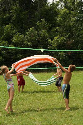 warme dag: kinderen + waterbalonnen + handoeken + volleybalnet/koord