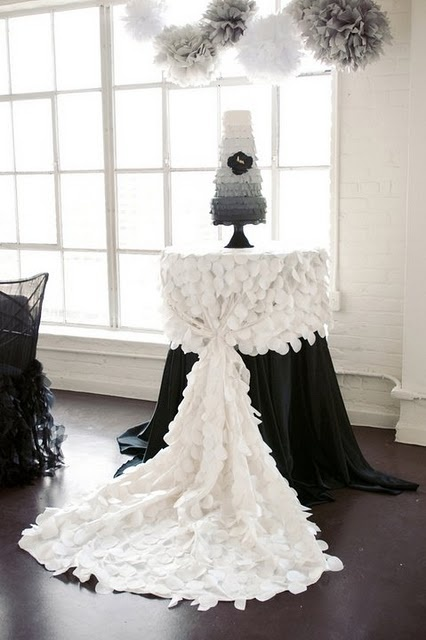 ruffles: Tables Clothing, Idea, White Wedding, Black And White, Cakes Tables, Ruffles Cakes, Black White, Tables Linens, Tables Decor