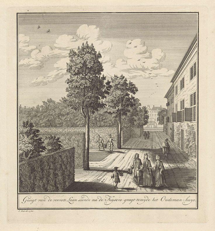 Jan Smit (II) | Gezicht op de een van de tuinlanen naast het Corvershof in Amsterdam, Jan Smit (II), 1741 - 1748 | Gezicht op een van de lanen in de tuinen aan de zijkant van het Oude mannen- en vrouwenhuis, uitkijkend op de Nieuwe Keizersgracht. Er wandelen rijk geklede dames en heren. Twee tuinlieden dragen een mand.