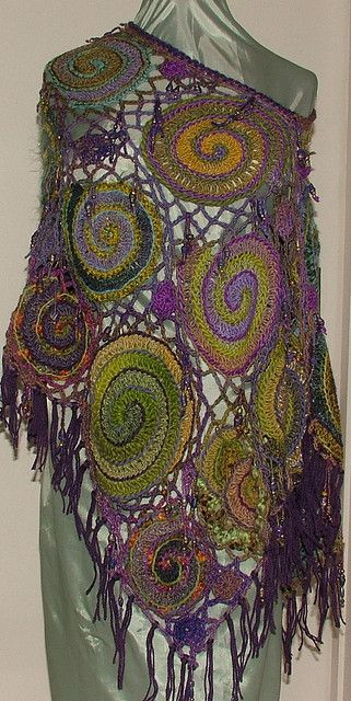 Poncho de ganchillo en forma libre. Crochet & Beyond.