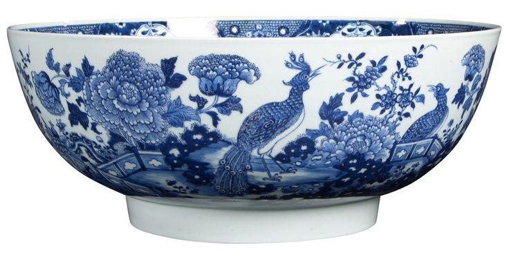 Très important bol à punch à décor d'oiseaux en porcelaine de Chine d'époque Qianlong Très grand bol à punch à décor en bleu sous couverte d'un jardin avec barrières et un couple de paons parmi des buissons de pivoines et des branches de cerisier en fleur. L'intérieur orné d'une frise de lambrequins et fleurs sur le bord.