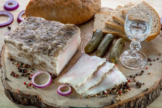 еда, специи, мясные продукты, рюмка, хлеб, сало, огурцы, фото