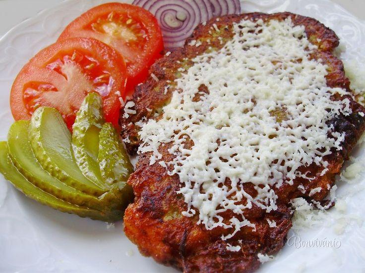 """Modernými kuchármi zatracované černohorské rezne ešte stále kraľujú na jedálnych lístkoch mnohých slovenských reštaurácií. Moja domácnosť nie je výnimkou a aspoň jedna nedeľa musí byť u nás """"černohorská""""... Tentokrát som použila kuracie prsia v cuketovo-zemiakovom cestíčku."""
