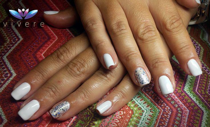 Καλοκαιρινό λευκό ημιμόνιμο με glitter χρυσό-μπλε!!! #semipermanent #white #vivere #glitter