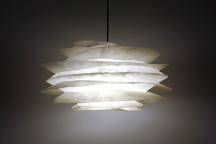 ''Big fins natural'' - Hanging fiberglass lamp  Fiberglass material is robust and lightweight  Height: 27cm / Width: 54cm  It comes complete with an E27 bulb holder and you can use as much wattage as you need .