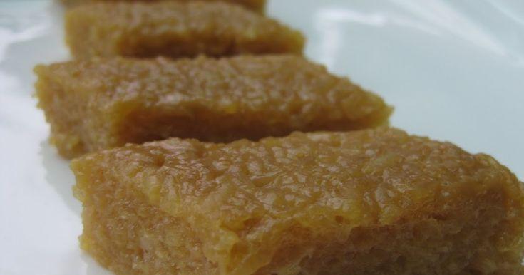 Hoy quiero presentarles un postre muy simple y delicioso-- Un bocadillo hecho conarroz glutinoso, azúcar de palma y leche de coco. El arro...