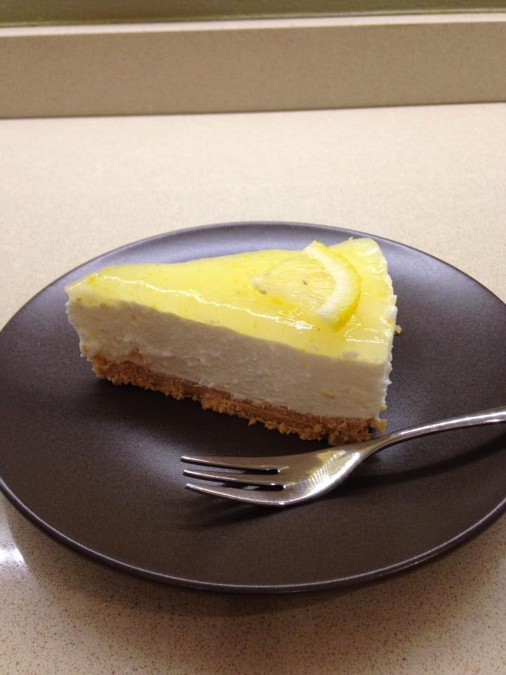 Cheese cake al limone Bimby, un dolce fresco, cremoso e dalla base croccante! Ecco come prepararlo con facilità con l'aiuto del Bimby! Ci servono 200 gr...