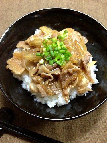 【nanapi】 自炊暦が長い男性の料理って、適当なのに何故かおいしい…と思ったことはありませんか?料理するけど、計量道具なんて一切持ってないよ!と言う、友人・T君(一人暮らし17年)に、得意料理「塩ねぎ豚丼」の作り方を教えてもらいました。材料(1人分)豚こま切れ肉150g長ネ...