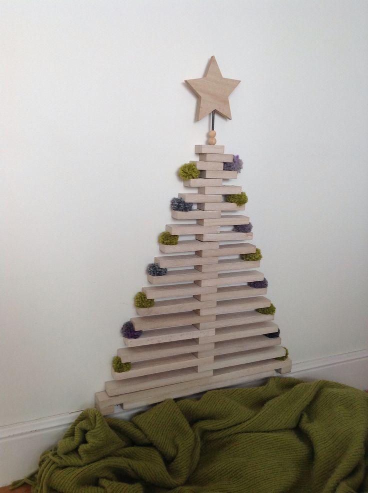 Árbol de Navidad de madera con pompones