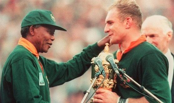 Nelson Mandela awarding Springboks captain Francois Pienaar the Rugby World Cup - 1995    (AFP/JEAN-PIERRE MULLER)