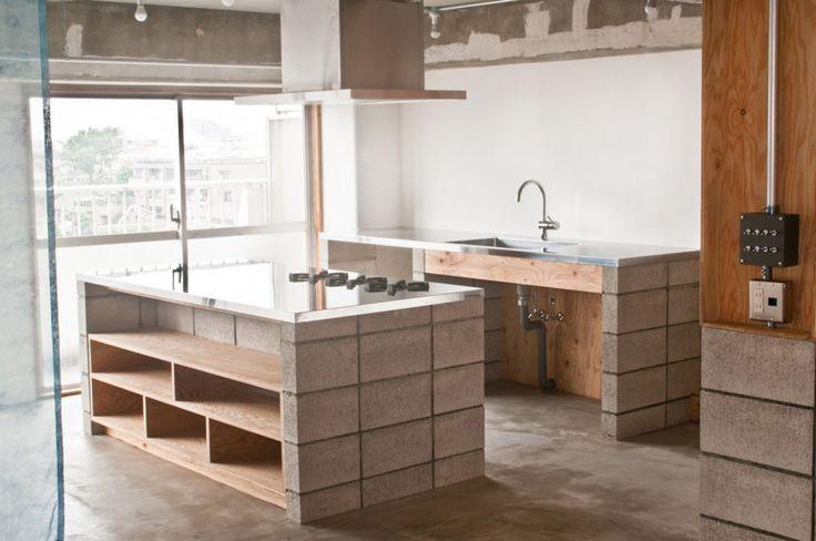 料理や、サイクリングなどのアクティブな趣味を持つご夫婦の住居。要望は、広々としたキッチンと作業台と在来のお風呂と、 床をモルタルの土間で仕上げ天井もスケルトン希望とのこと。キッチンとお風呂の製作をどう効率よく、予算を抑えて仕上げていくかを思考する中で、浴室の区画を作る...