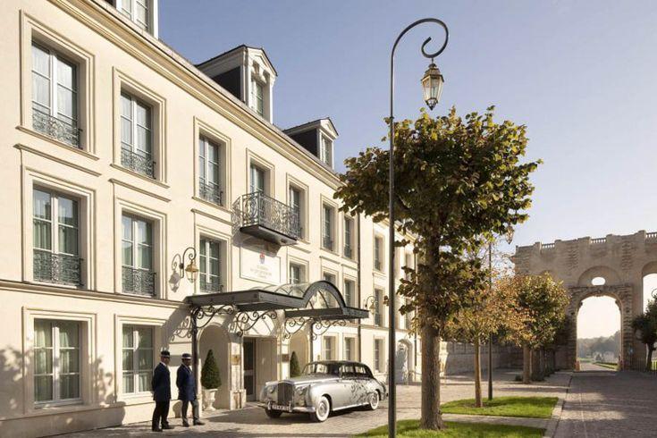 Direction le prestigieux Domaine de Chantilly dans l'Oise pour découvrir cette luxueuse auberge membre des Relais & Châteaux. Bien plus qu'un hôtel de charme, l'Auberge du Jeu de Paume est le symbole d'une certaine forme de raffinement à la française, enviée par le monde entier depuis des siècles.