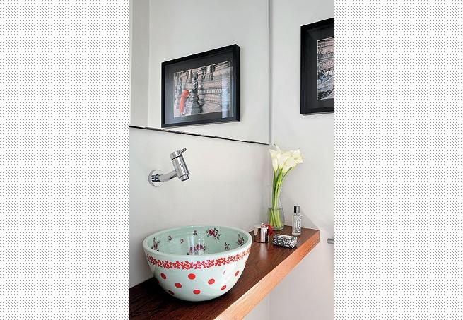 Uma dose de cor dá charme ao lavabo da arquiteta Marina Cury, com a cuba de Flavia Del Prá, sobre a bancada de madeira. A foto, refletida no espelho, é da Casa 15