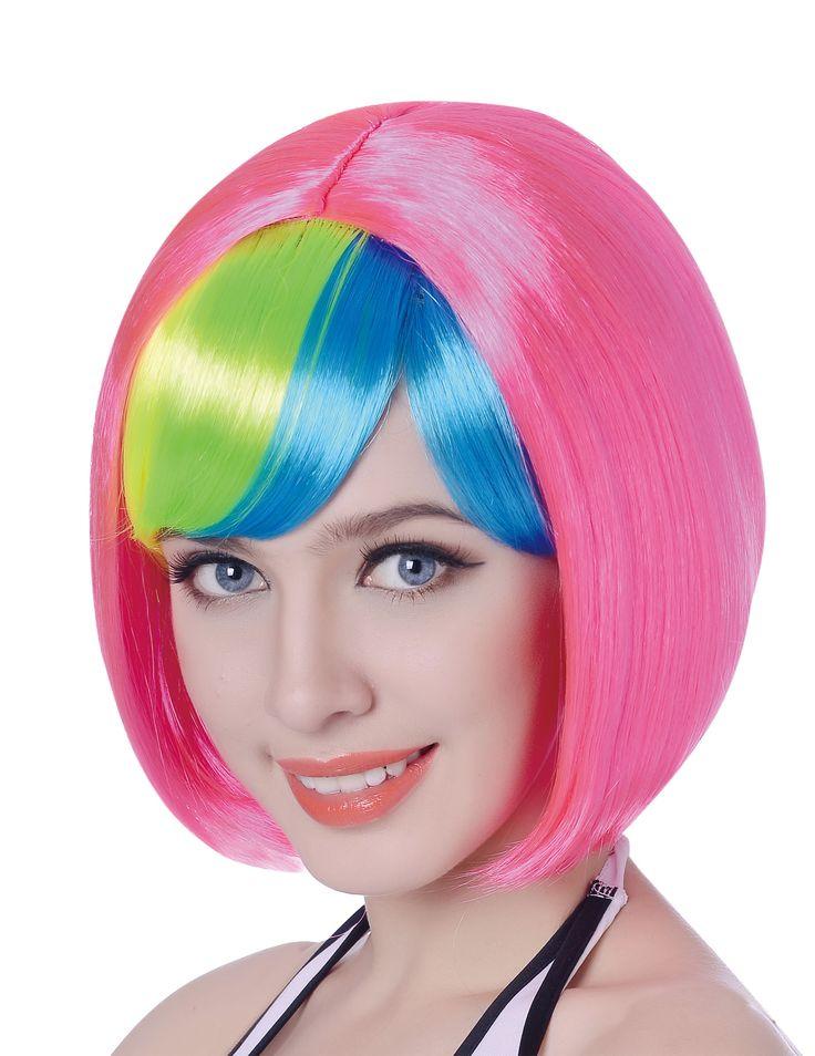Perruque courte rose frange multicolore femme - 110g : Cette perruque pour femme possède des cheveux courts lisses qui forment une coupe au carré. Les cheveux, synthétiques, sont de couleur rose fluo.Une frange de couleur jaune, vert...