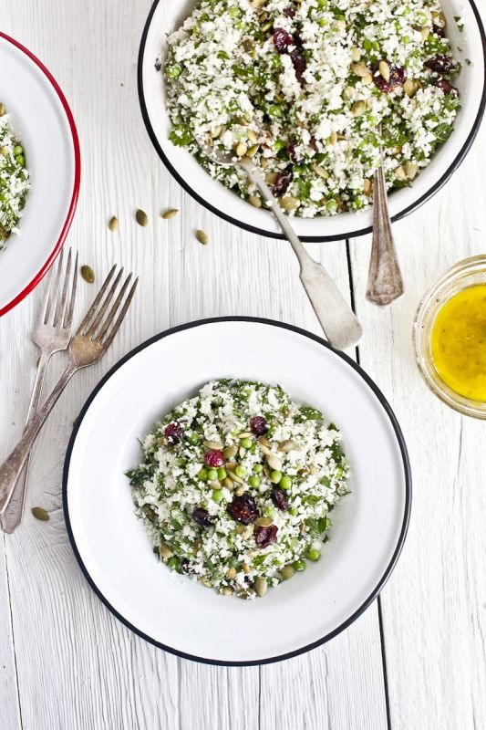 Un délicieux couscous sans gluten et cru. Le chou fleur fait des merveilles. De la famille des crucifères, il est extrèmement riche en vitamines, minéraux et antioxydants. Mélangé en salade aux herbes aromatiques, aux fruits secs et aux noix, c'est une su