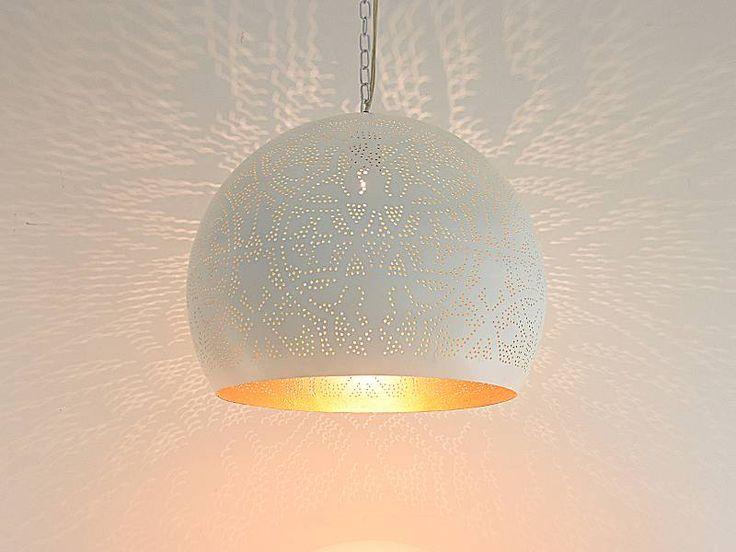 Gouden binnenkant van deze witte filigrain hanglamp is prachtig sfeervol als u het licht aan doet,Verrassend licht want de buitenkant is wit.