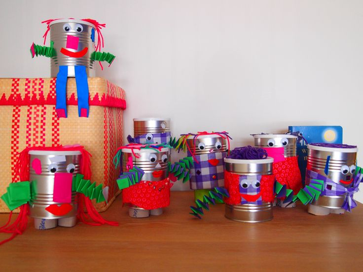 Naar aanleiding van het thema 'In de ruimte' robotjes van blik gemaakt. De kinderen hebben stof, papier, 'diamanten' en wol gebruikt. De kinderen die ze gemaakt hebben zijn van de leeftijd 3 t/m 7. Goed hun best gedaan met een leuk resultaat!