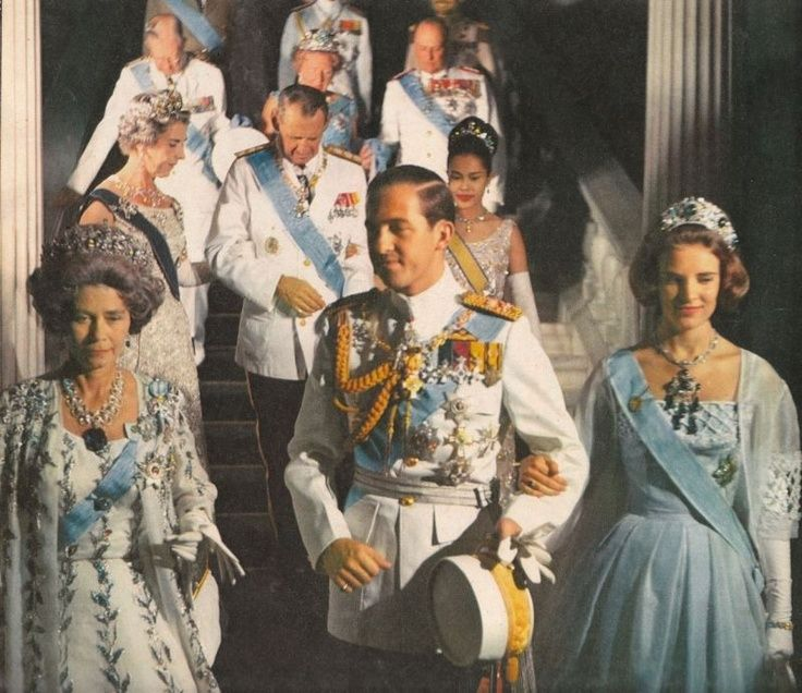 eptember 17, 1964, at the Royal Palace in Athens , grand ball on the eve of the wedding Consatntin King of Greece with Princess Anne-Marie of Greece. The engaged couple are accompanied by the Queen Frederika of Greece , widow of King Paul since Of March.   They are followed by the Queen Ingrid and King Frederik Denmark giving his arm to the Queen Sirikit of Thailand, King Gustav VI Adolf of Sweden, Queen Juliana of the Netherlands and King Olav of Norway .  The Queen Frederika offered that…