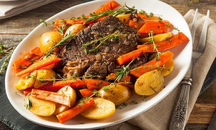 Enrobez votre pièce de viande de farine et déposez-la dans la mijoteuse... Vous allez adorer le résultat final