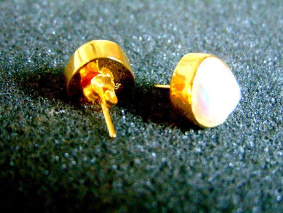 Schöne Frauen-Ohrstecker. Sie sind komplett aus 18-karätigem Gold gefertigt (aka Gold 750, jedes Stück ist gestempelt), mit kleinen runden Perlen in ihrem Center... By ArchipelagosBreeze